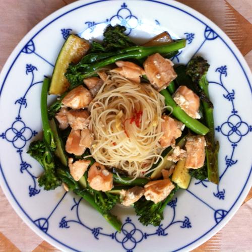 Snel en makkelijk: Rijstmihoen met zalm en bimi