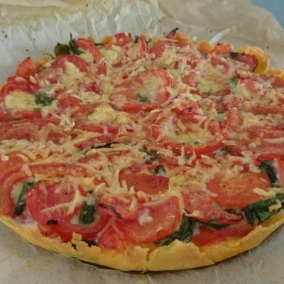 Hartige taart met tomaten en basilicum