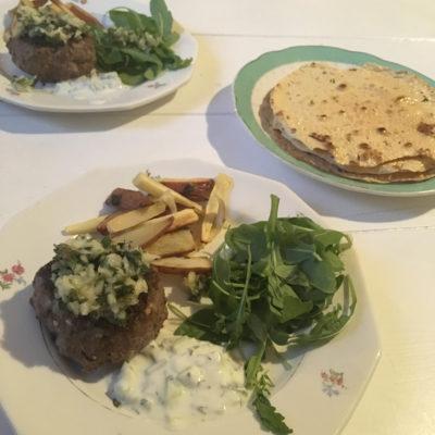 Hamburger met muntchutney, tzatziki en pappadums